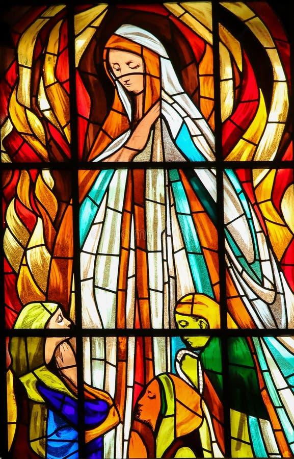 Gebrandschilderd glas - Verschijning van Maagdelijke Mary in Fatima stock foto's