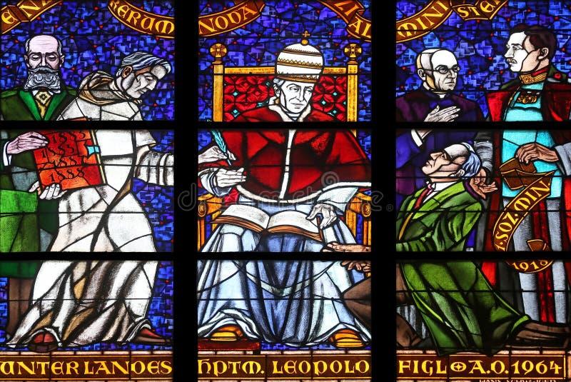 Gebrandschilderd glas in Votiv Kirche de Votive Kerk in Wenen royalty-vrije stock fotografie