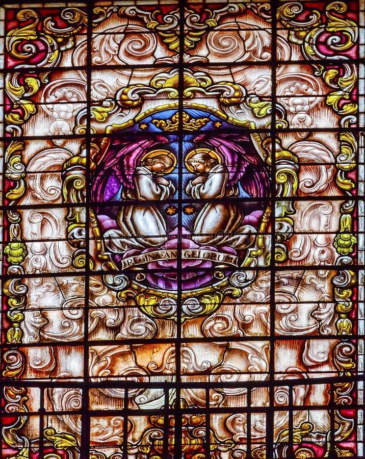 Gebrandschilderd glasengelen die Basiliek Collegiata Madrid Spanje bidden royalty-vrije stock afbeeldingen