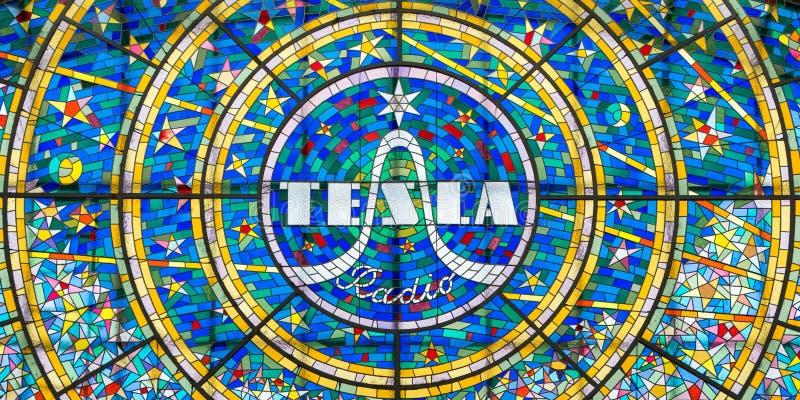 Gebrandschilderd glasmozaïek die de Tesla-Radio adverteren stock foto's