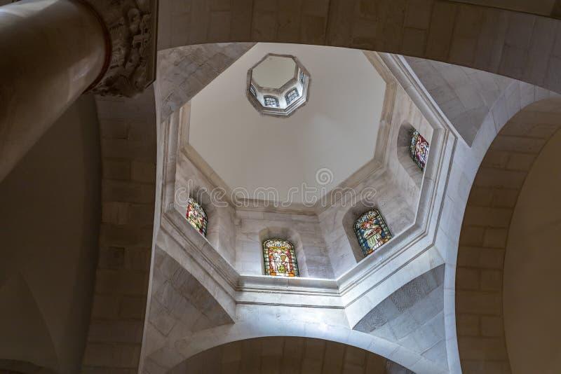 Gebrandschilderd glasplafond met binnen beelden van de apostelen in Kerk van de Veroordeling en de Heffing van het Kruis dichtbij royalty-vrije stock foto's