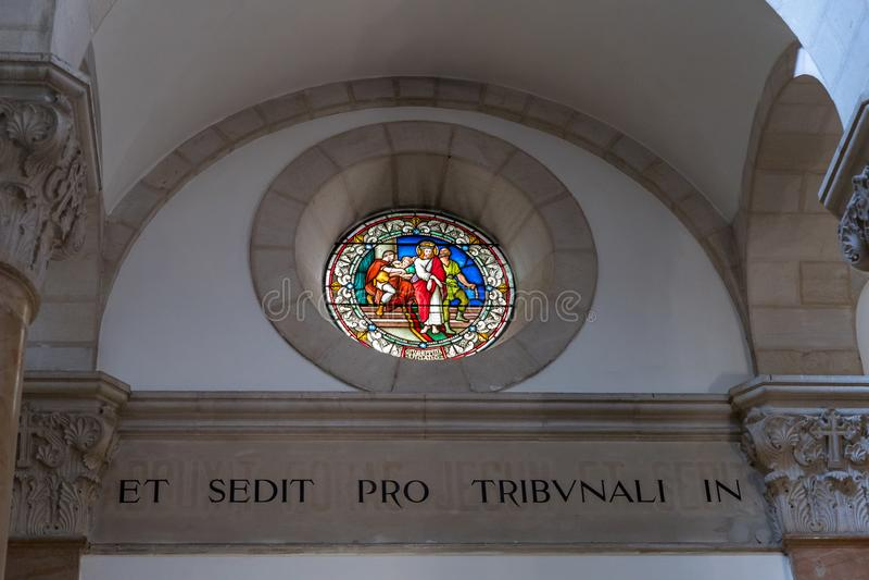 Gebrandschilderd glasplafond met het beeld die van Jesus Christ naar dood in Kerk van de Veroordeling en de Heffing van het Kruis royalty-vrije stock afbeelding