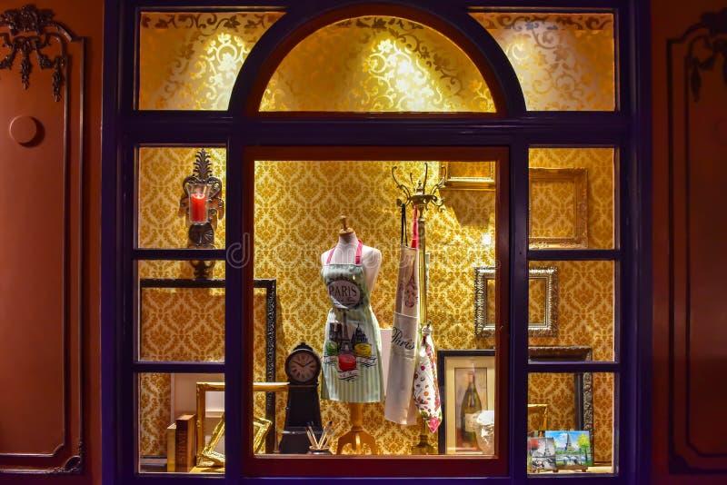 Gebrandschilderd glasvenster met punten van gastronomie, kunst en uitstekende klok in het Paviljoen van Frankrijk in Epcot in Wal royalty-vrije stock afbeeldingen