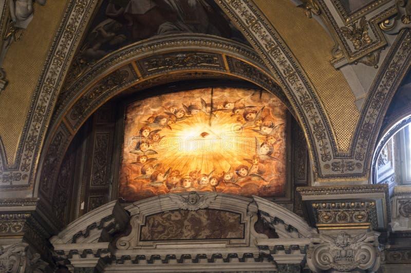 Gebrandschilderd glasvenster van een Italiaanse kathedraal met het oog dat alles of oog van Horus ziet stock afbeeldingen