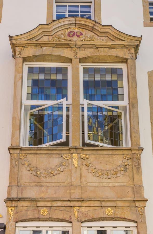 Gebrandschilderd glasvensters op een voorgevel in Osnabrück royalty-vrije stock afbeelding
