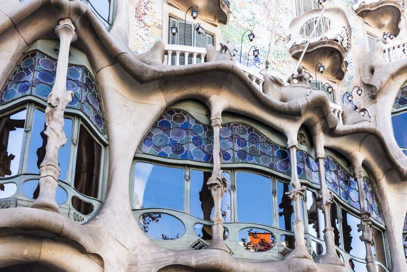 Gebrandschilderd glasvensters van de lagere vloeren van Casa Batllo stock afbeeldingen