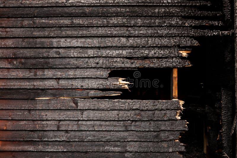 Gebrannte gebrochene hölzerne Wand stockfotografie