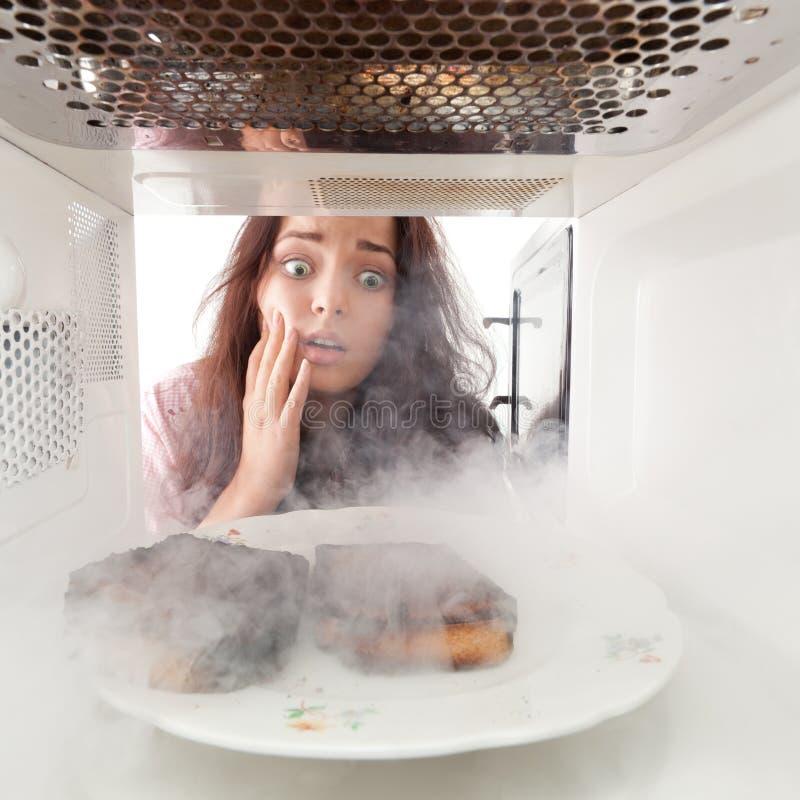 Gebrannte Toast und entsetztes Mädchen stockfotos