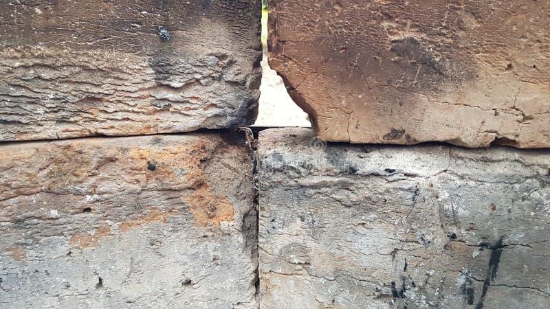 Gebrannte Ziegeloberflächen umfasst mit grauen Asch- und des Kohlenstaubsroten und grauen verkohlten Ziegelsteinen im alten Holzk stockfotos
