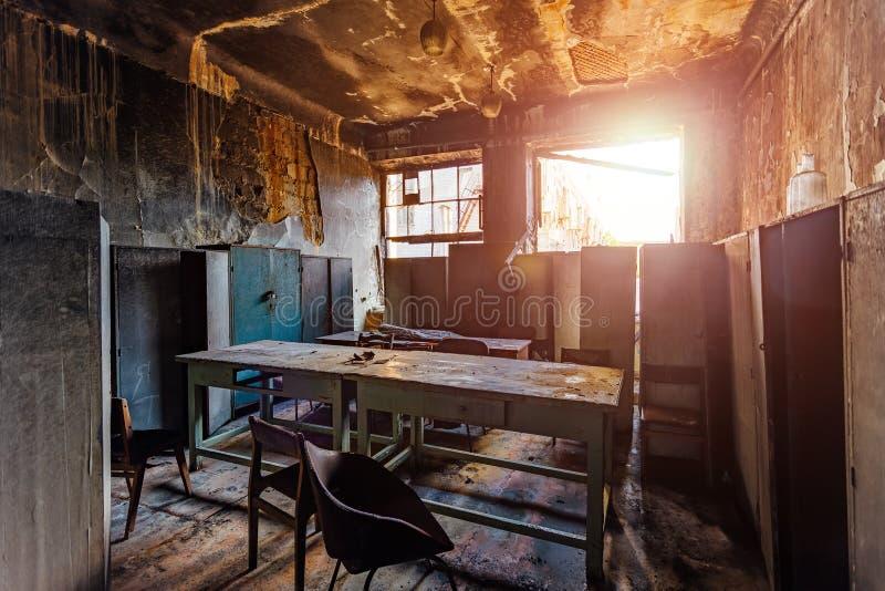 Gebrannter Innenraum und Möbel in industriellem oder im Bürogebäude Feuerkonsequenzkonzept stockbilder