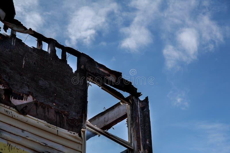 gebrannter schwarzer Raum nach Feuer gebranntem-unten Haus stockbilder