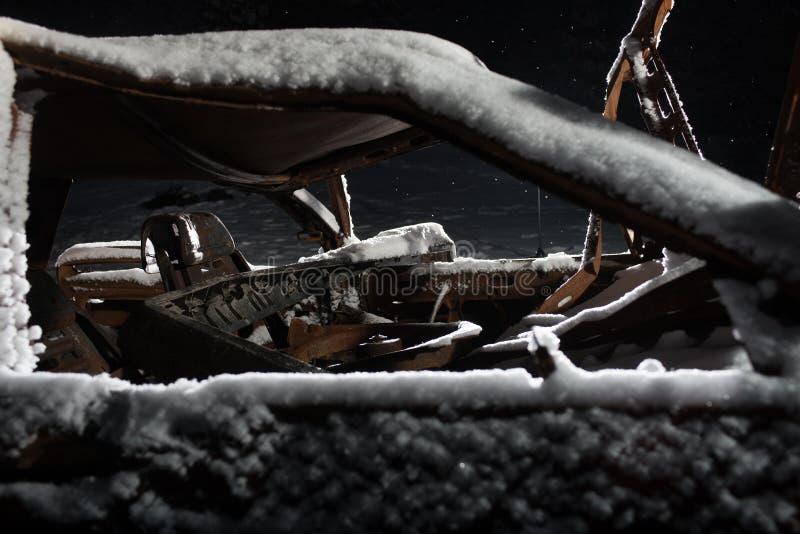 Gebranntes Auto bedeckt mit Schnee und Rost stockbilder