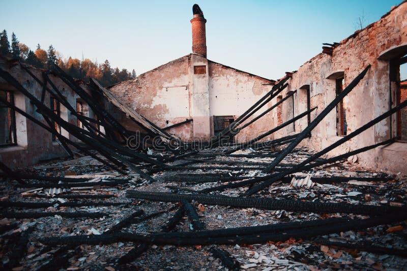 Gebranntes Backsteinhaus mit gebranntem Dach stockfoto
