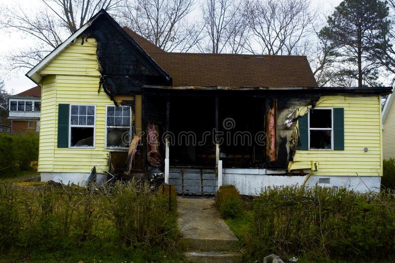 Gebranntes Haus stockfoto