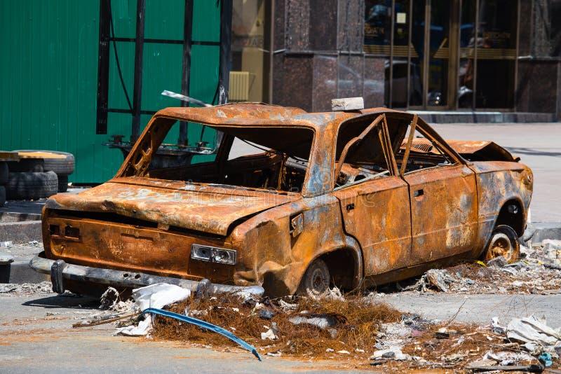 Gebranntes und gebrochenes Auto auf Unabhängigkeits-Quadrat in Kiew stockfotografie