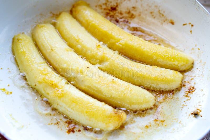 Gebratene Banane in einer Wanne beim Kochen stockbild