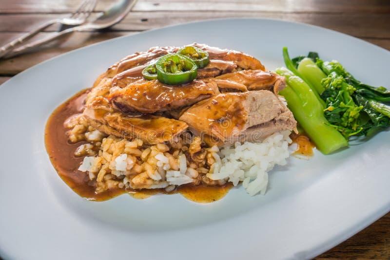 Gebratene Ente über Reis mit Soßensoße stockbilder