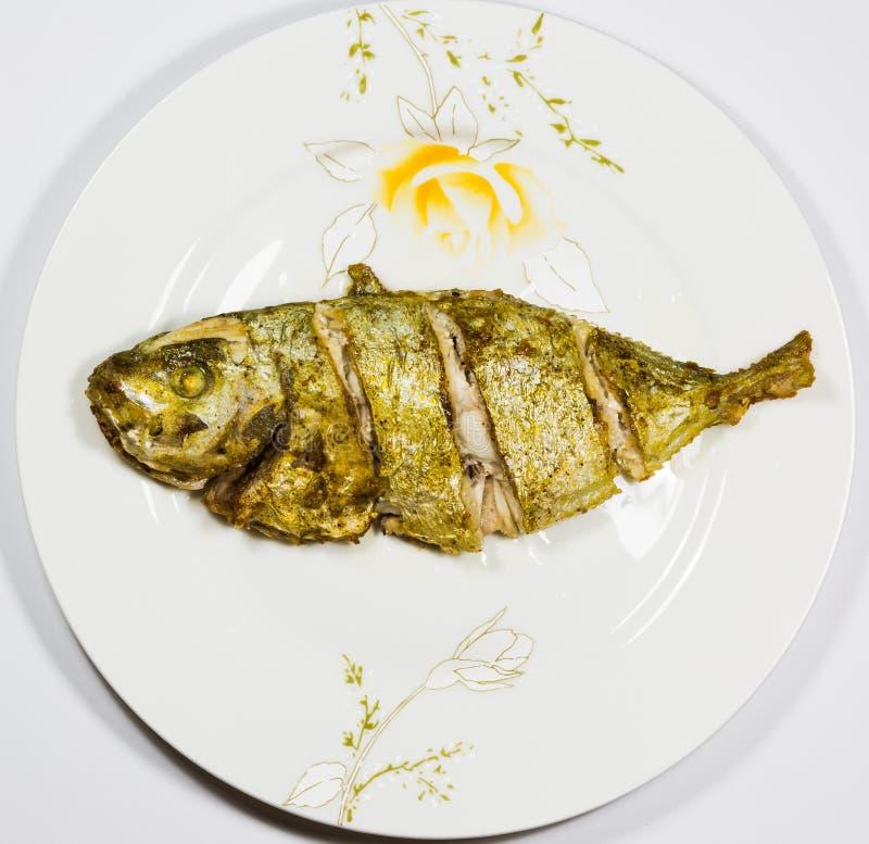 Gebratene Fische auf der Platte lizenzfreie stockbilder