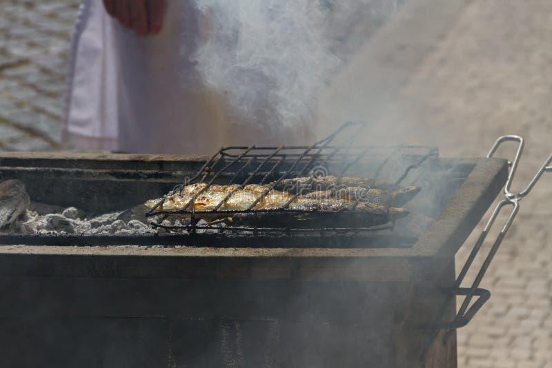 Gebratene Fische auf einer heißen Kohle stockbild