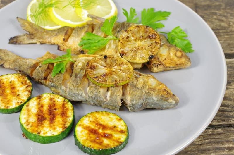 Gebratene Fische auf Platte lizenzfreie stockfotos