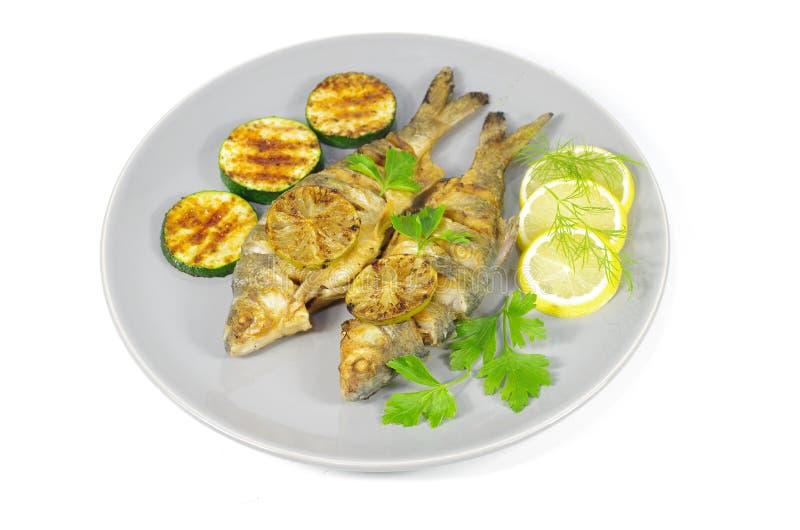Gebratene Fische auf Platte stockbilder