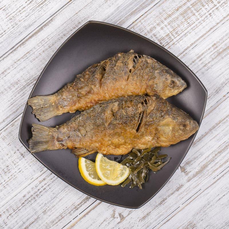 Gebratene Fische crucian auf Holztischhintergrund stockbild