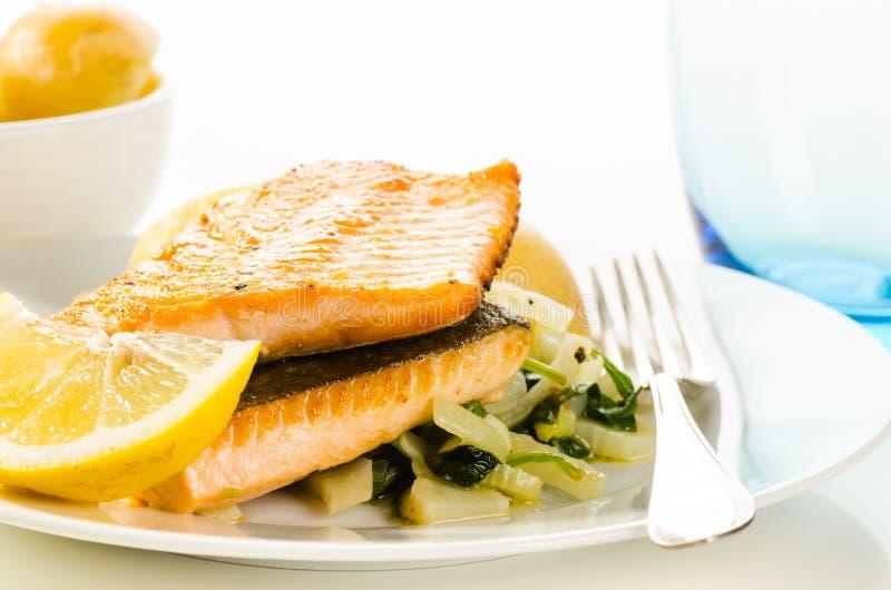 Gebratene Fische flillets mit Gemüse schmücken stockfotos
