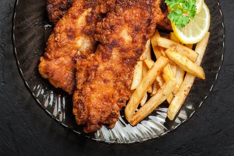 Gebratene Fische im knusperigen Teig mit Chips lizenzfreie stockfotos