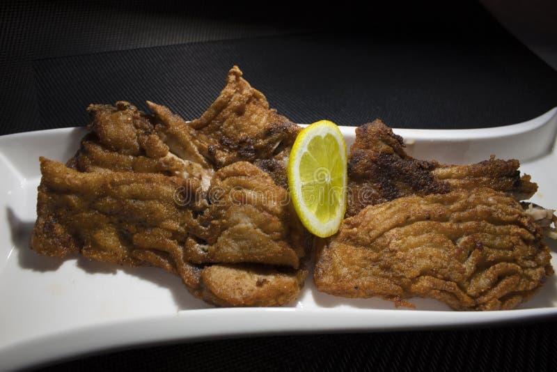 Gebratene Fische mit einer Scheibe der Zitrone stockbilder
