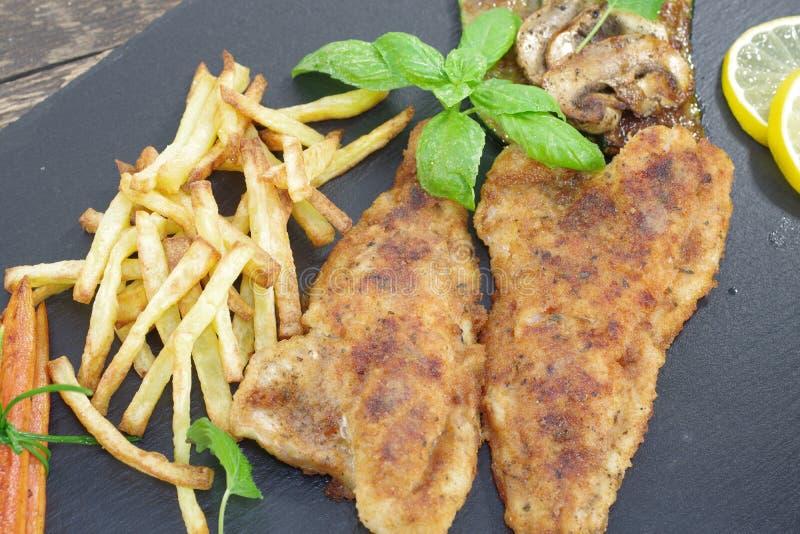 Gebratene Fische mit Gemüse lizenzfreie stockbilder