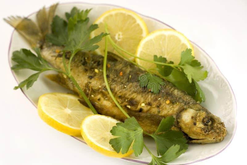 Gebratene Fische mit Zitrone lizenzfreie stockbilder