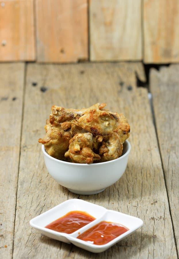 Gebratene Fischsauce marinierte Hühnertrommelstock und -soße lizenzfreies stockbild