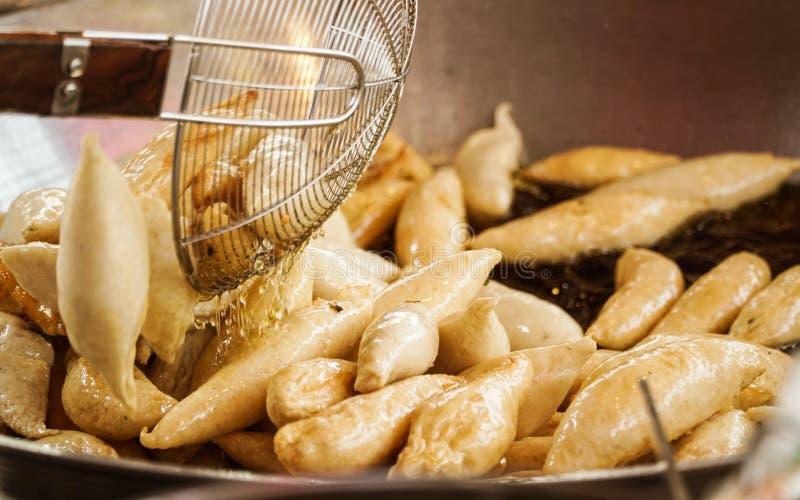 Gebratene Fleischklöschen oder Fischbälle im Öl stockfotos