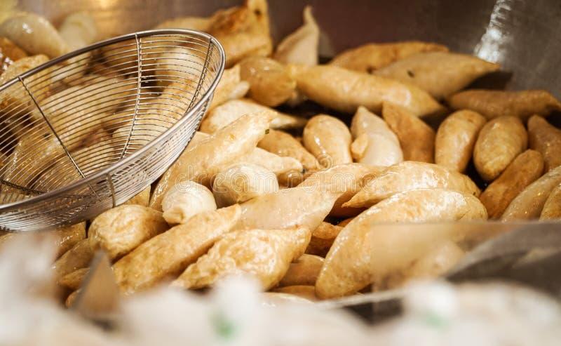Gebratene Fleischklöschen oder Fischbälle im Öl stockfoto