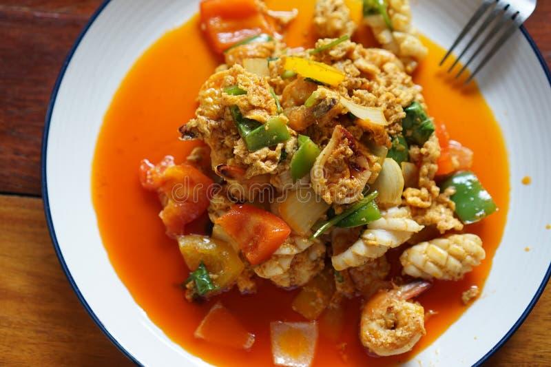 Gebratene Garnele mit populärem Menü des Curry-Pulvers, reiches Aroma, ausgereift, wohlriechend, sehr geschmackvoll Weiches Garne lizenzfreie stockfotos