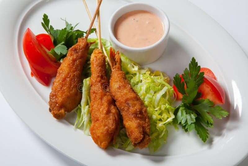 Gebratene Garnele mit Salat auf weißem Teller stockbilder