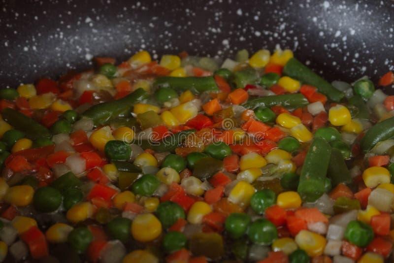 Gebratene Gemüsemischung auf schwarzer Bratpfanne Stewed schnitt Gemüse auf einer Wanne Gefrorene Frühstücksvorbereitung des stre stockfotos