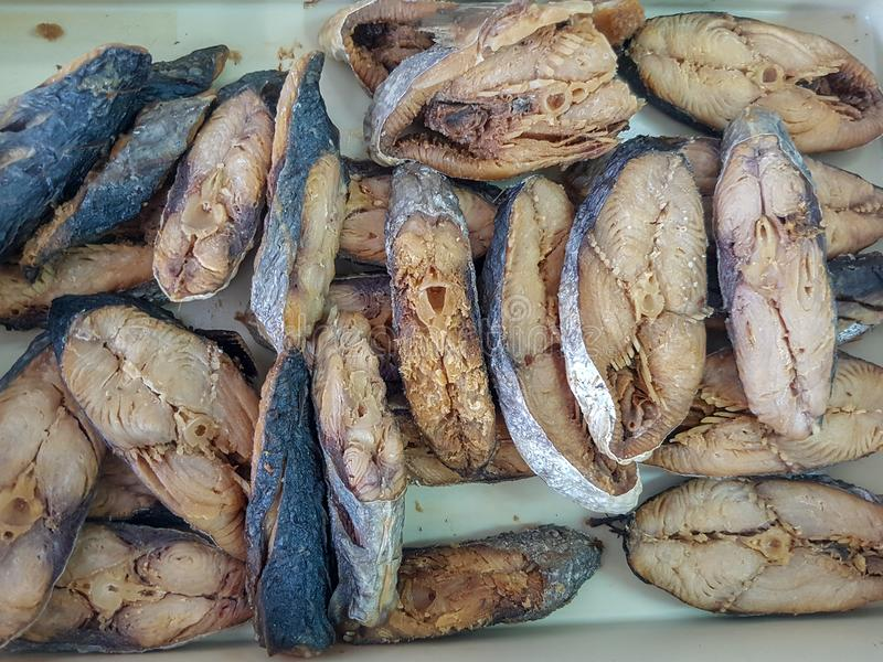 Gebratene gesalzene beschmutzte Makrele sonnengetrockneter gesalzener Fisch ist thailändisches Lebensmittel lizenzfreies stockbild