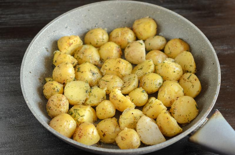 Gebratene junge Kartoffeln in einer Wanne stockbild