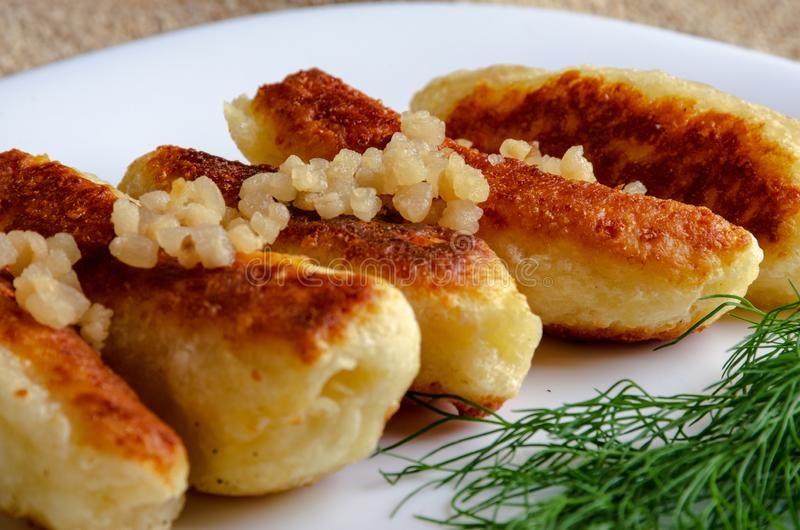 Gebratene Käse- und Kefirstöcke gedient in der weißen Platte lizenzfreies stockfoto