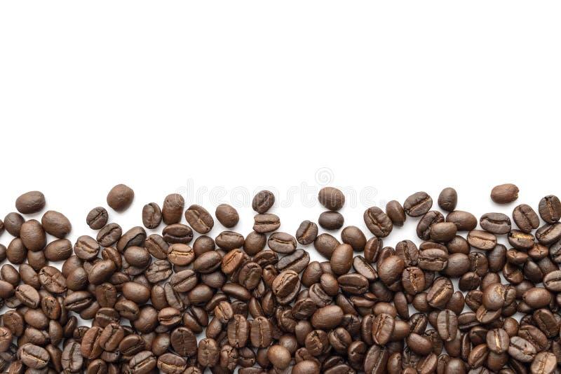 Gebratene Kaffeebohnen auf weißem Hintergrund Nahaufnahme stockfoto