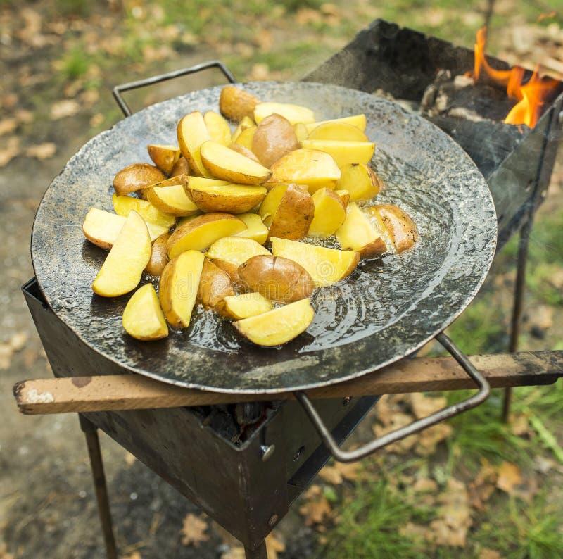 Gebratene Kartoffel im Großen melal Topf stockbild