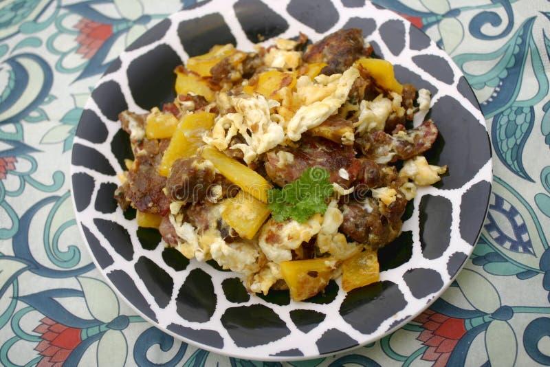 Gebratene Kartoffeln mit Eiern stockbild
