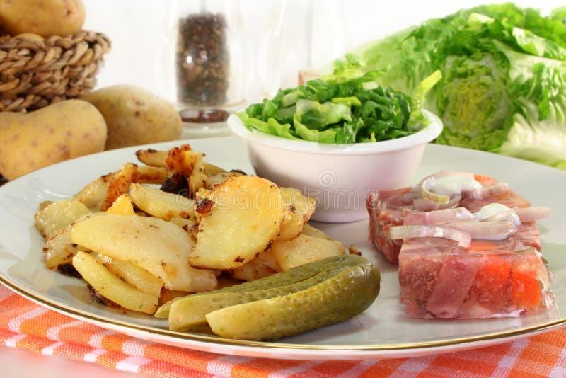 Gebratene Kartoffeln mit Fleischgelee stockfotografie