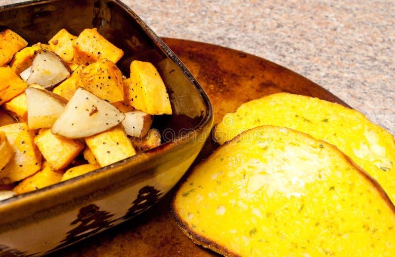 Gebratene Kartoffeln mit Knoblauch-Brot stockfotos