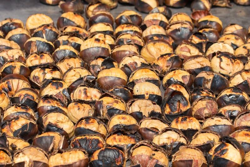 Gebratene Kastanien für Verkauf in der Straße von Istanbul Die Türkei stockbilder