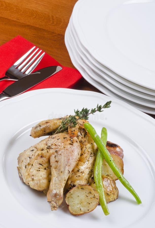 Gebratene kornische Spiel-Henne gedient und Kartoffeln stockfoto