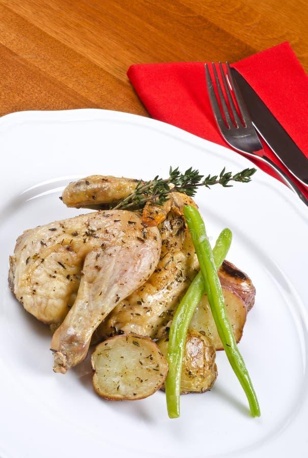 Gebratene kornische Spiel-Henne gedient und Kartoffeln lizenzfreies stockfoto