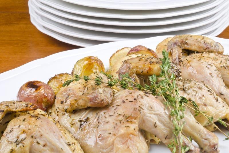 Gebratene kornische Spiel-Henne und Kartoffeln stockfotos