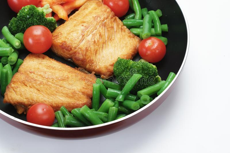 Gebratene Lachse mit Gemüse lizenzfreie stockfotografie